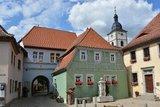 thumbnail - Rathausplatz Kleinlangheim mit Zugang zur Kirchenburg (links).