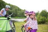thumbnail - Familie mit Fahrrad am Ufer