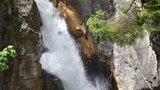 thumbnail - Beeindruckende Wassermaßen am Wasserfall