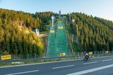 thumbnail - Rennradfahrer passieren die LOTTO Thüringen SCHANZENANLAGE im Kanzlersgrund Oberhof