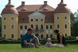 thumbnail - Familie vor Schloss Milkel