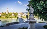 thumbnail - Nahaufnahme der Brückensäulen der Länderbrücke mit dem Bayerischen Wappen - Foto von Oliver Freudenthaler