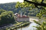 thumbnail - Blick zum Kloster Weltenburg in der Weltenburger Enge mit Donaudurchbruch
