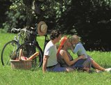 thumbnail - Mineralquellen-Route_Radfamilie beim Picknick