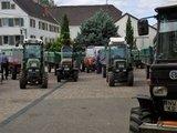 thumbnail - Warten der Traktoren auf die Weinabnahme