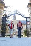 thumbnail - Wanderer vor Schloss Tambach