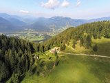 thumbnail - Panoramablick auf die Lenggrieser Hütte im Sommer