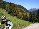 thumbnail - Mountainbiker im Leitzachtal, im Hintergrund der Wendelstein
