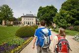 thumbnail - Wanderer vor dem Königlichen Kurhaus in Bad Elster