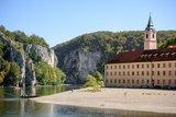 thumbnail - Kloster Weltenburg liegt idyllisch am Donaudurchbruch bei Kelheim