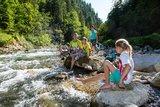 thumbnail - Familie im Flussbett der Vils