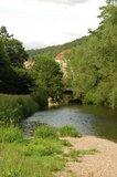thumbnail - Die Werra zieht sich als grünes Band an Theatern und Residenz von Meiningen vorbei.