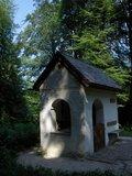 thumbnail - Auf die Hofkapelle treffen wir im Wald.