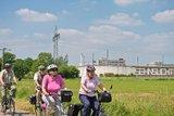thumbnail - Fahrradgruppe an der JVA bei Pont mit dem Kunstprojekt