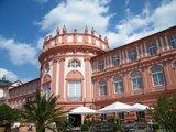 thumbnail - Das Schloss Biebrich am Rheinufer ist die barocke Residenz der ehemaligen Fürsten von Nassau.