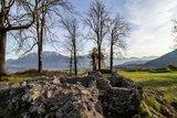 thumbnail - Steinmauern der Ruine mit Blick auf das Kaisergebirge