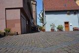 thumbnail - Dunkle Pflastersteine zeigen, wohin früher die Synagoge Wertheim ihren Schatten warf.