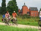 thumbnail - Radler vor dem Schloss Bloemersheim