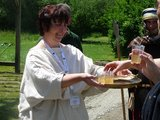 thumbnail - Limes-Cicerona reicht römischen Würzwein im Rahmen einer Führung an Besucher