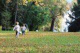 thumbnail - Kinder toben im Karlspark