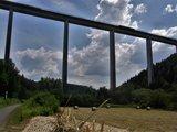 thumbnail - Unter der 700 Meter langen Schwarzbachtalbrücke hindurch