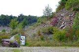 thumbnail - Der Geologische Lehrpfad schlängelt sich zwischen Steinbruch und Tropfsteinhöhle einen Hang hinauf.