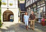 thumbnail - Wanderer in der historischen Altstadt Tecklenburg