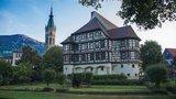 thumbnail - Bad Urach: Links die Amanduskirche und rechts das Schloss