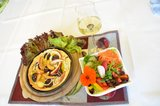 thumbnail - Leckeres Arrangement mit Tarte, Beilagensalat und Apfel-Prosecco