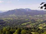 thumbnail - Aussicht von der Sonntraten ins Isartal über die denkmalgeschützte Heckenlandschaft, mit Blick zum Brauneck und Karwendel