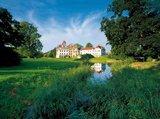 thumbnail - Schloss Basedow erhebt sich in der Mecklenburgischen Schweiz