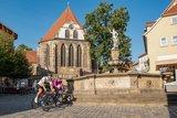 thumbnail - Marcel Kittel und Rennrad Magazin-Redakteur Johann Fährmann vor dem Hopfenbrunnen und der Bachkirche Arnstadt