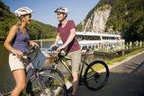 thumbnail - Radfahrer vor einem Schiff beim Kloster Weltenburg - Fahrräder können auf den Schiffen mitgenommen werden.