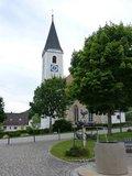 thumbnail - Kirche mit Dorfbrunnen