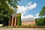 thumbnail - Die Kirche in Weene stammt aus dem 13. Jahrhundert. Besonders ist ihr separater Glockenturm