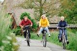 thumbnail - Zusammen radfahren macht am meisten Spaß - besonders bei der Marschhof-Tour, weil es dort viele prächtige Höfe zu sehen gibt