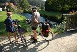 thumbnail - Radler am Fluss Pegnitz, Blick auf Felsen, Kanufahrer und Fachwerkhäuser