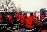 thumbnail - Wasserwanderer auf der Saale im Winter