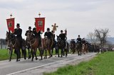 thumbnail - Bautzener Osterreiterprozession am Ostersonntag auf dem Weg nach Radibor (Temritzer Weg)
