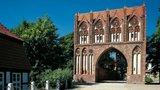 thumbnail -  Trutzig und doch in Teilen filigran: das Stargarder Tor begrüßt die Besucher Neubrandenburgs.
