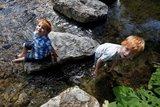 thumbnail - Zwei Jungs in der Steinach am Bacherlebnispfad