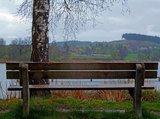 thumbnail - Mehrere Bänke am Ufer des Dietlhofer Sees bieten Platz zum Erholen - hier mit Blick zum Weiler Dietlhofen.