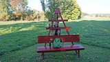 thumbnail - Kletterbank vor einem Obstbaum